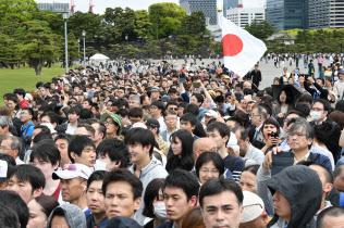 皇居前に集まった人たち(1日)