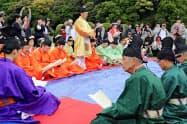 手作りの衣装に身を包み「梅花の宴」を再現する人たち(1日、福岡県太宰府市)