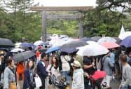 多くの参拝客で混雑する伊勢神宮(1日、三重県伊勢市)
