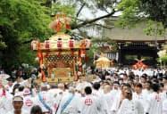 京都御苑内を巡行する御霊神社のみこし。奧は京都御所(1日、京都市上京区)