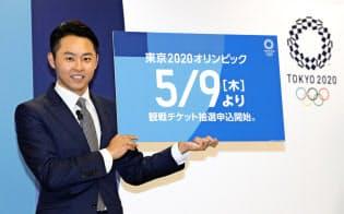 2020年東京五輪のチケットの販売方法について発表する北島康介さん(東京都港区)=共同