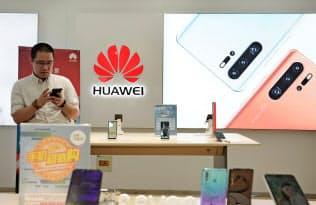 ファーウェイの世界シェアは首位サムスン電子に迫った(4月、北京の販売店)=ロイター