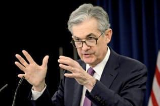 1日、FOMC後に記者会見するパウエルFRB議長(ワシントン)=ロイター