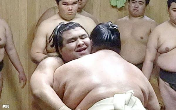 荒磯親方(手前)と稽古で相撲を取る高安(2日、東京都江戸川区の田子ノ浦部屋)=共同