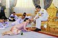 結婚式に臨むタイのワチラロンコン国王(右)とスティダー王妃(1日、バンコク)=タイ王室提供