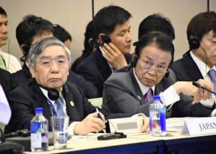 日中韓と東南アジア諸国連合の財務相・中央銀行総裁会議に臨む麻生財務相(右)と黒田日銀総裁=2日、フィジー・ナンディ(共同)