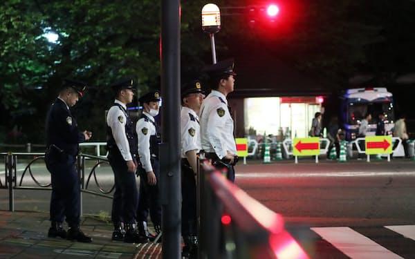 皇居周辺を警戒する警視庁の警察官(2日夜、東京都千代田区)