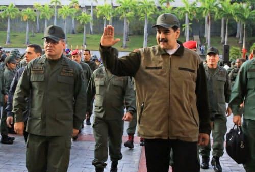 2日、パドリノ国防相(左)とともに軍施設を訪れるベネズエラのマドゥロ大統領(中)(カラカス)=ロイター