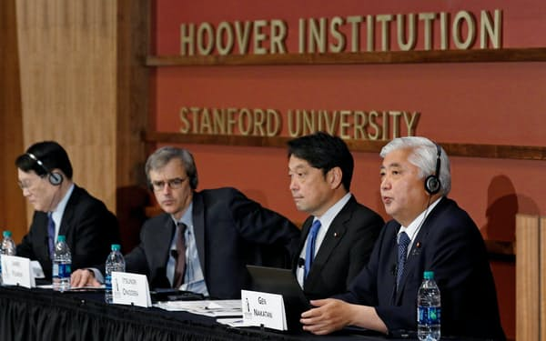 北朝鮮問題について議論を交わした(手前右から中谷元元防衛相、小野寺五典前防衛相、ジェームズ・フェロン米スタンフォード大教授、森本敏元防衛相)