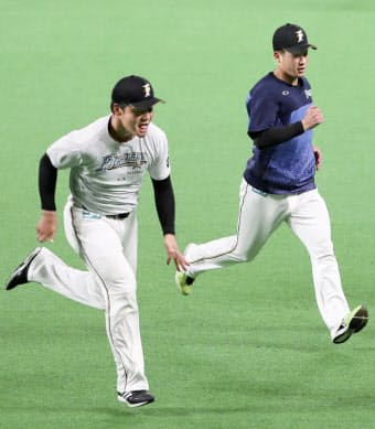 2年目を迎えた日本ハム・清宮(左)は「守備や走塁への意識が高まった」と話す=共同