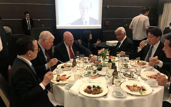 2日、日本食紹介のイベント「和食ナイト」にはマクマスター前米大統領補佐官(写真左から3人目)など日米の政治・防衛関係者が参加した(パロアルト市)