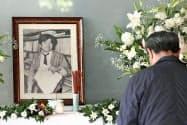 朝日新聞阪神支局の拝礼所に置かれた小尻知博記者の遺影(3日午前、兵庫県西宮市)=共同