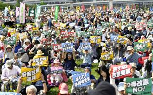 東京都江東区で開かれた護憲派の集会で改憲阻止などを訴える人たち(3日午後)=共同