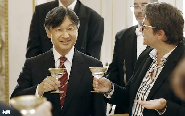 フランス国民議会副議長(右)主催の昼食会に招かれ、乾杯する天皇陛下(2018年9月、パリ)=共同