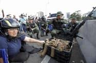 4月30日、マドゥロ政権に反発するベネズエラの兵士と市民=AP