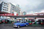 訴えられた輸出入公社の運営するガソリンスタンド(3日、ハバナ)=ロイター