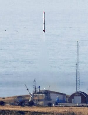打ち上げられるインターステラテクノロジズの小型ロケットMOMO3号機(4日午前、北海道大樹町)=共同