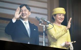 即位を祝う一般参賀で、集まった人たちに手を振る天皇、皇后両陛下(4日午前、皇居)