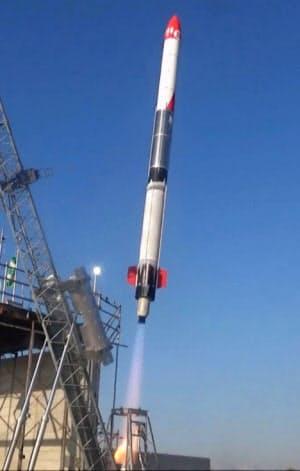 打ち上げられる小型ロケットMOMO3号機=4日午前、北海道大樹町(インターステラテクノロジズ提供)=共同