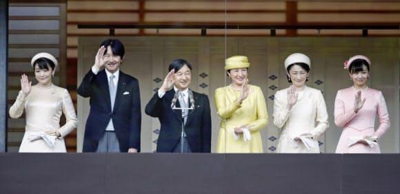 即位を祝う一般参賀で手を振られる天皇、皇后両陛下と皇嗣秋篠宮ご夫妻、長女眞子さま、次女佳子さま(4日午後、宮殿・長和殿)=共同