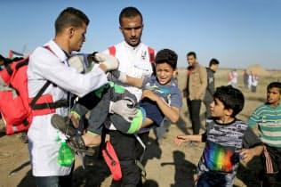ガザ地区で負傷したパレスチナの少年=ロイター