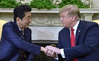 握手する安倍晋三首相とトランプ米大統領(4月26日、ホワイトハウス)=AP