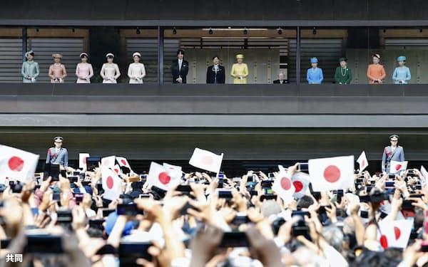 即位を祝う一般参賀で、皇族の中央に立たれる天皇陛下(4日午前、皇居・宮殿)=共同