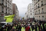 マクロン政権に抗議する黄色いベスト運動(4日、パリ)=AP