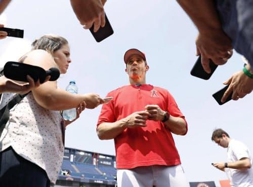 試合前に報道陣の取材に応じるエンゼルスのオースマス監督(4日、モンテレイ)=共同