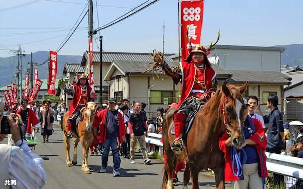 真田三代が先頭を進む「真田まつり」の武者行列(5日午後、和歌山県九度山町)=共同