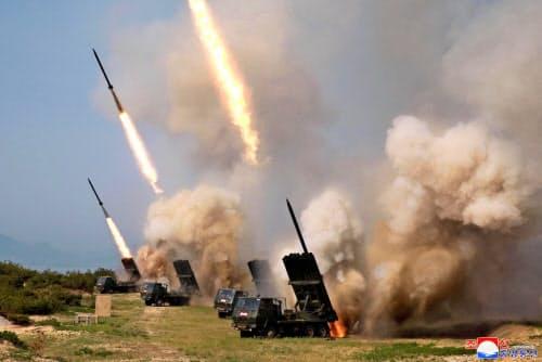 北朝鮮が4日に実施した多連装ロケット砲とみられる兵器の発射訓練=朝鮮中央通信・共同