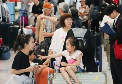 大型連休を海外で過ごした人たちで混み合う成田空港の到着ロビー(5日)