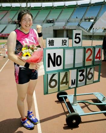 女子やり投げで、64メートル36の日本新記録をマークして優勝した北口榛花(6日、ヤンマースタジアム長居)=共同