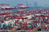 追加関税で米中貿易は縮小している(中国・青島港)=ロイター