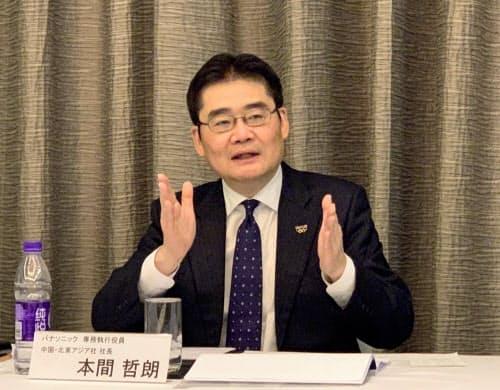 パナソニック中国・北東アジア社の本間哲朗社長は2021年までに売上高を1兆円に増やす方針を明らかにした(北京、6日)