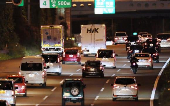 連休の最終日を迎えた東名高速道路の上り線(6日、横浜市瀬谷区)