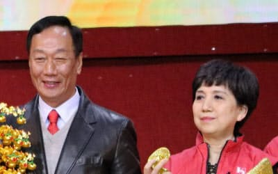 鴻海の郭台銘董事長(左)と、後任董事長の就任観測が浮上している黄秋蓮・総財務長(右)(17年1月、台北市内)