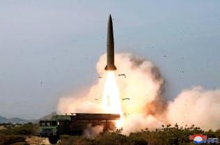 4日、北朝鮮の金正恩委員長が指導した火力打撃訓練の様子=朝鮮中央通信・共同