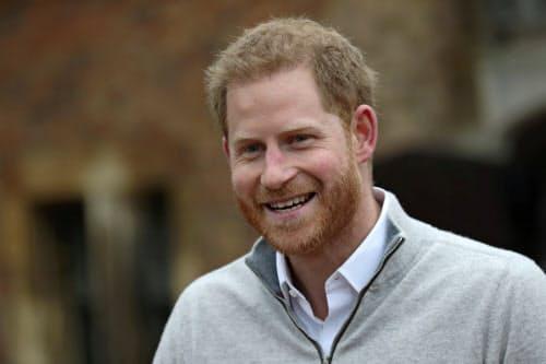 第1子となる男児が誕生し、メディアの取材に応じる英ヘンリー王子=ロイター
