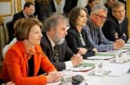 会合に出席した国連の科学者ら(6日、パリ)=ロイター