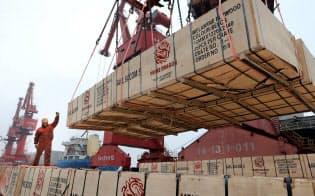 EU、中国、米国の19年1~3月期の経済成長推定値はいずれも市場予想を上回った(中国江蘇省連雲港市の港湾施設)=ロイター