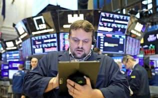年初来の歴史的上げ相場に転機が訪れる可能性も。6日、ニューヨーク証券取引所で作業をするトレーダー=ロイター