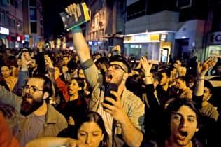 6日夜、再投票の決定に抗議するイスタンブール市民ら=ロイター