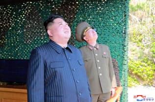4日の「火力打撃訓練」を視察する金正恩氏=朝鮮中央通信・共同