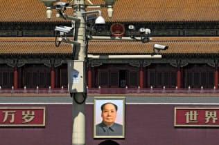 天安門広場を監視するカメラは増えている=AP