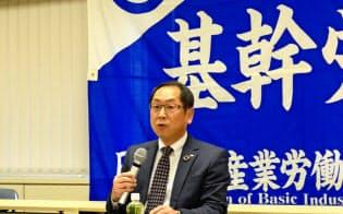 鉄鋼業界の定年延長について記者会見する基幹労連の神田健一委員長(4月4日、都内)