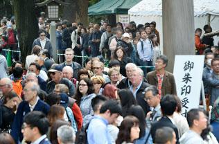 令和初日、明治神宮には「令和元年」の日付が入った御朱印を求め、多くの参拝客が行列を作った(1日、東京都渋谷区)