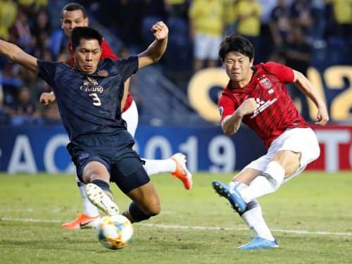 浦和―ブリラム 前半、ゴールを決める浦和・武藤=右(7日、ブリラム)=共同