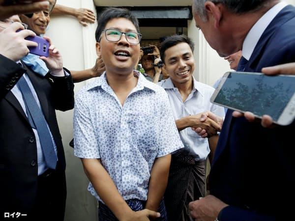 7日、ヤンゴンで、釈放後に笑顔をみせるワ・ロン記者(左)とチョー・ソウ・ウー記者=ロイター