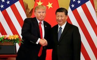 トランプ米大統領(左)は中国からの輸入品に追加関税を課すと宣言した=ロイター